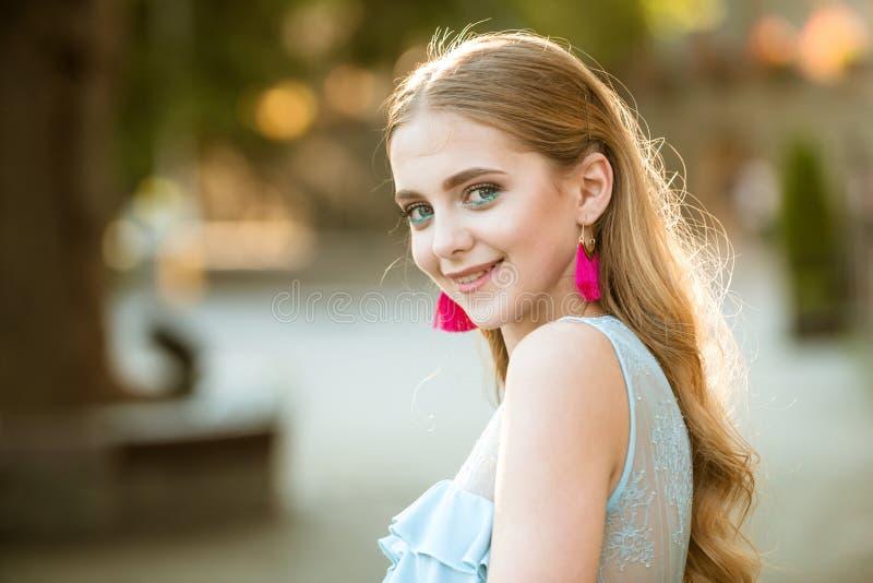 Perfekt kvinnlig Stilfullt och säkert Skönhet- och modeblick av modellen lycklig kvinna med stilfull makeup och lång blondin royaltyfri fotografi