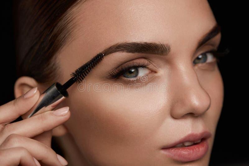 Perfekt makeup för härlig kvinna Krönomsorg för ögonbryn arkivfoto