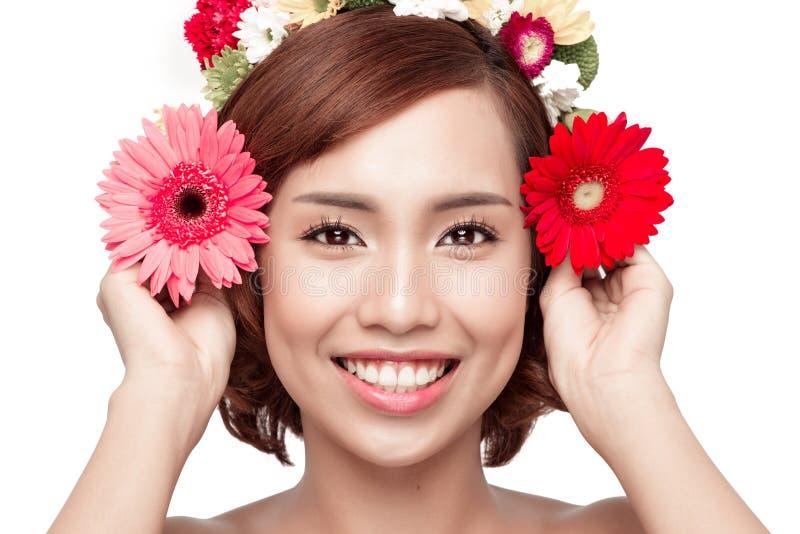 Perfekt makeup Skönhetmode för fjäderkvinna för begrepp grön yellow Härlig asiat wo arkivfoton