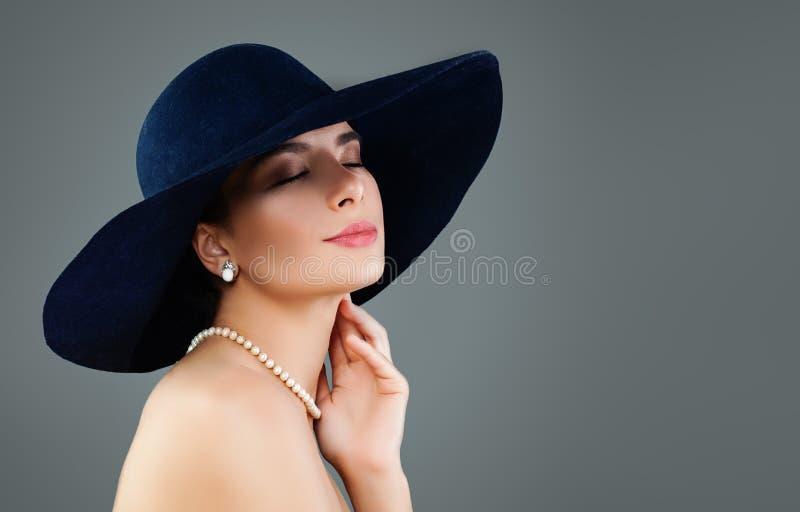 Perfekt modellkvinna i klassisk hatt och vita pärlor arkivfoto