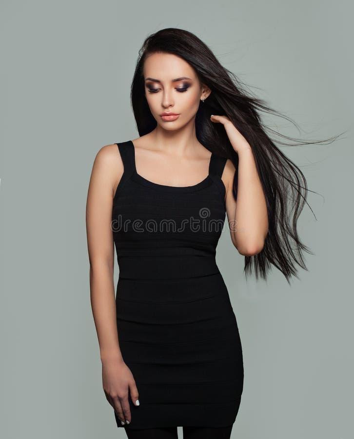 Perfekt modemodell för ung kvinna med långt sunt blåsa hår arkivfoton