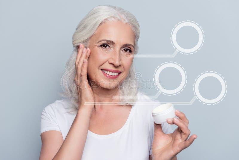 Perfekt nära övre foto nätt henne hennes kvinna som använder produkten för krus för innehav för dagnattkräm som den kosmetiska se arkivfoto