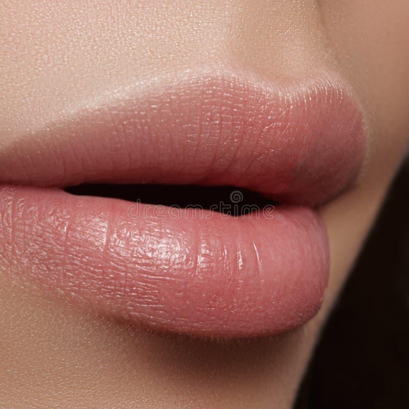 Perfekt naturlig kantmakeup för Closeup Härliga fylliga fulla kanter på kvinnlig framsida Ren hud, nytt smink Spa anbudkanter fotografering för bildbyråer