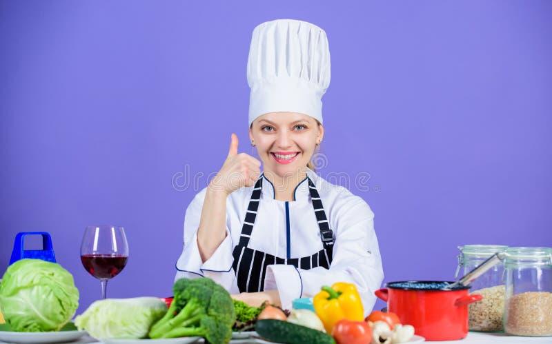 Perfekt recept V?ndingredienser in i l?ckert m?l Kulinarisk expertis F?rkl?de f?r hatt f?r kvinnakockkl?der n?ra tabellingrediens arkivfoton