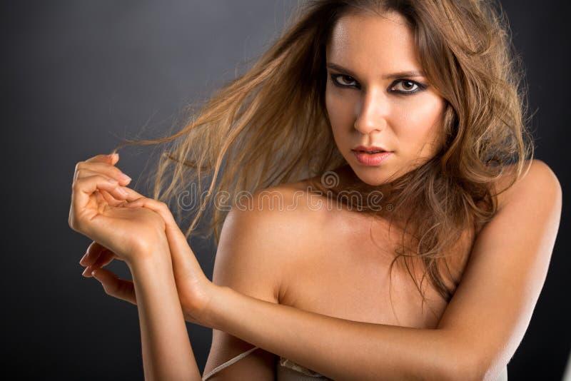 Perfekt skönhet med löst hår arkivbilder