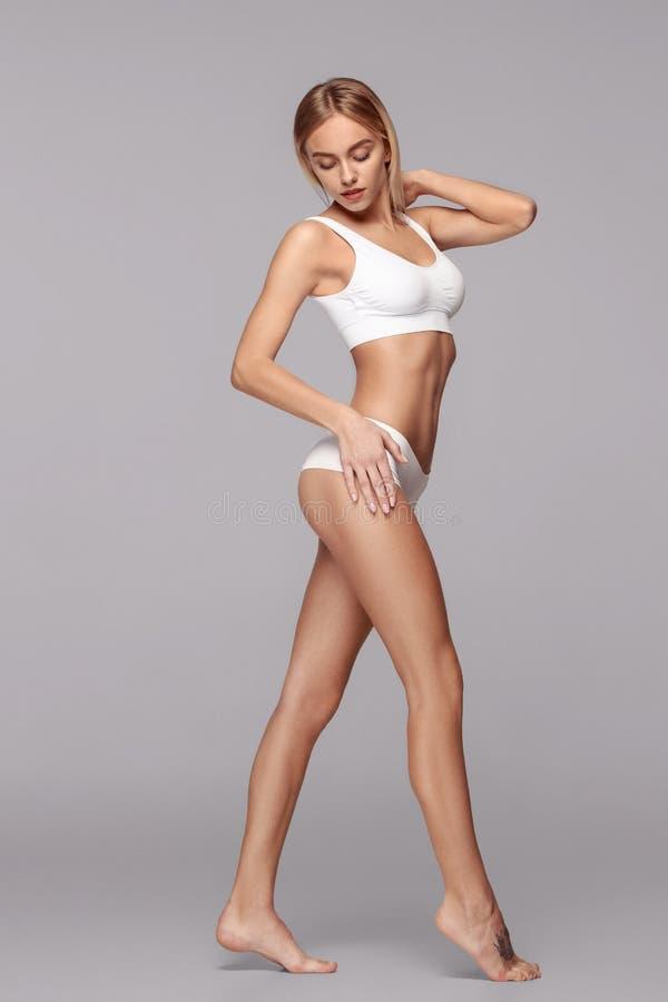 Perfekt slank tonad ung kropp av flickan arkivfoto