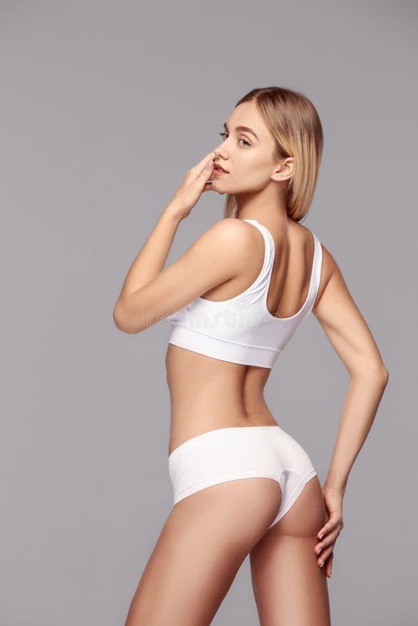 Perfekt slank tonad ung kropp av flickan royaltyfria foton
