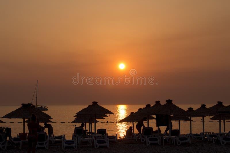 Perfekt solnedgång på stranden royaltyfri fotografi