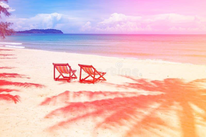 Perfekt ställe för tropisk strand för att koppla av, tomma stolar och skuggapalmträd på stranden nära havet royaltyfri foto
