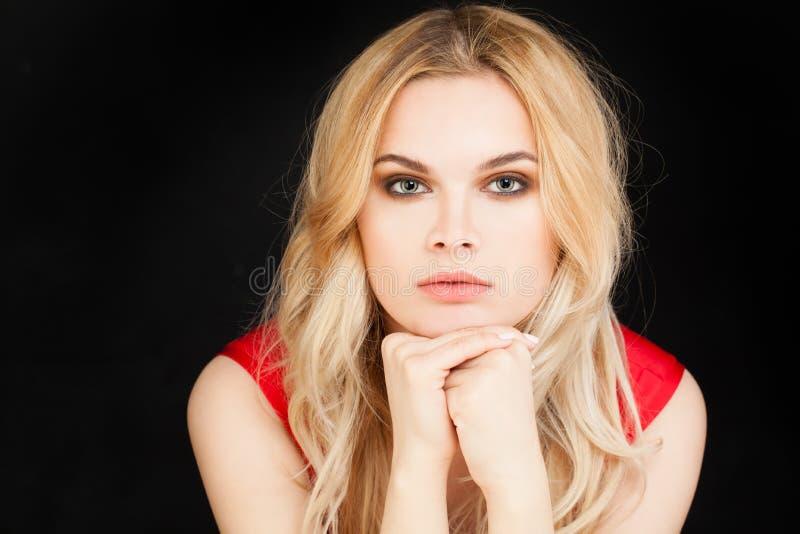 Perfekt stående för ung kvinna blond gullig flicka royaltyfri foto