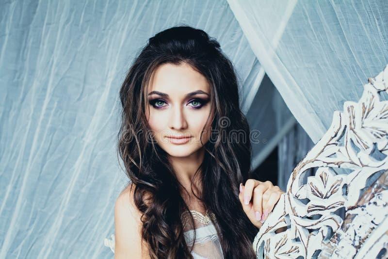 Perfekt ung kvinna med den krabba frisyren och brud- smink arkivfoto