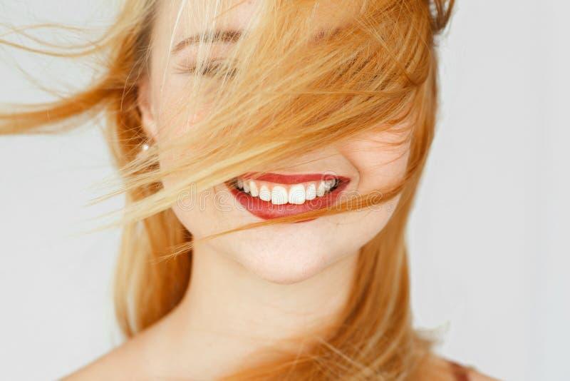 Perfekt vitt leende av den rödhåriga flickan, närbild arkivbild