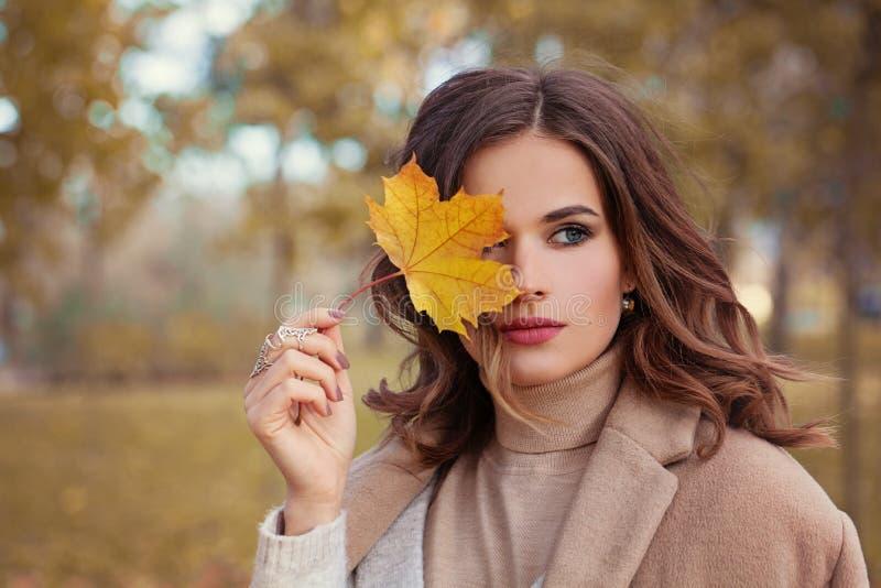 Perfekta Autumn Woman Model med brunt hår fotografering för bildbyråer