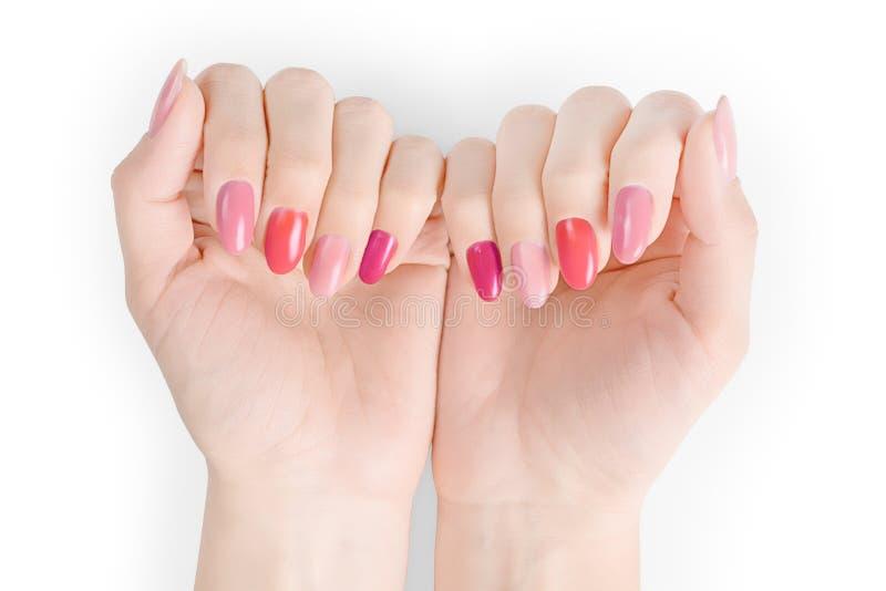 Perfekta kvinnahänder med färgat spikar polermedel som isoleras med urklippbanan arkivbild