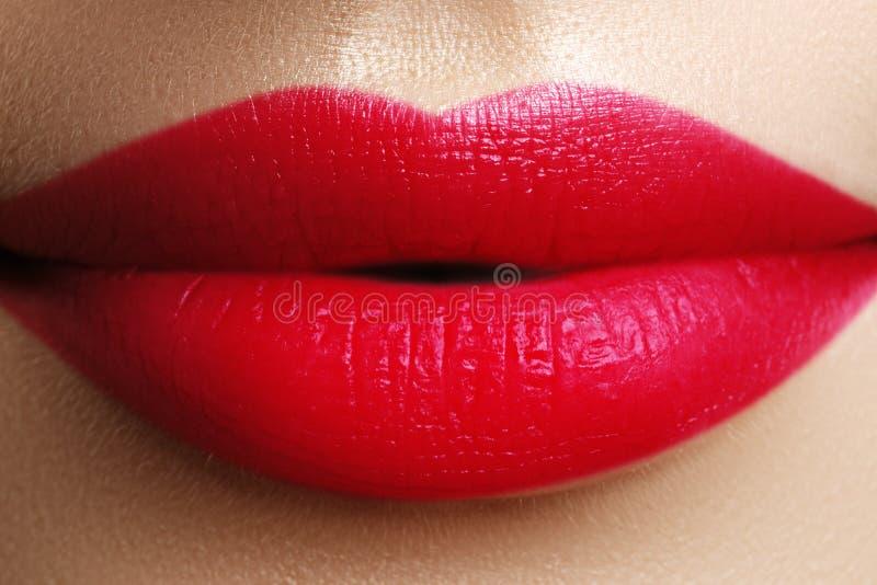 Perfekta röda kanter Sexigt flickamunslut upp Ung kvinna s för skönhet arkivbild