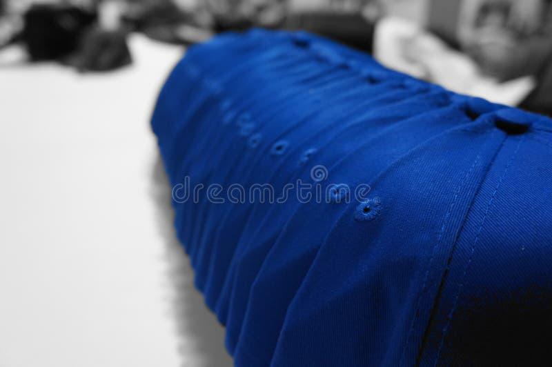 Perfekte Anordnung von blauen Baseballmützen lizenzfreie stockfotos