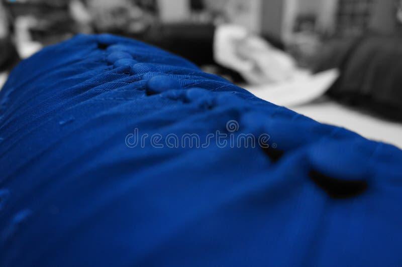 Perfekte Anordnung von blauen Baseballmützen lizenzfreies stockfoto