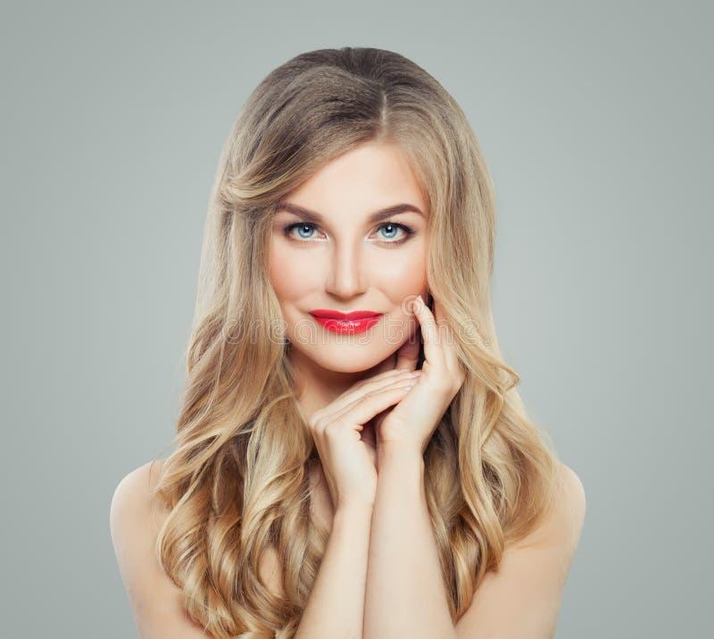 Perfekte Blondine mit dem langen gesunden Haar und klarer Haut Schönes weibliches Gesicht Gesichtsbehandlung und Cosmetology stockfoto