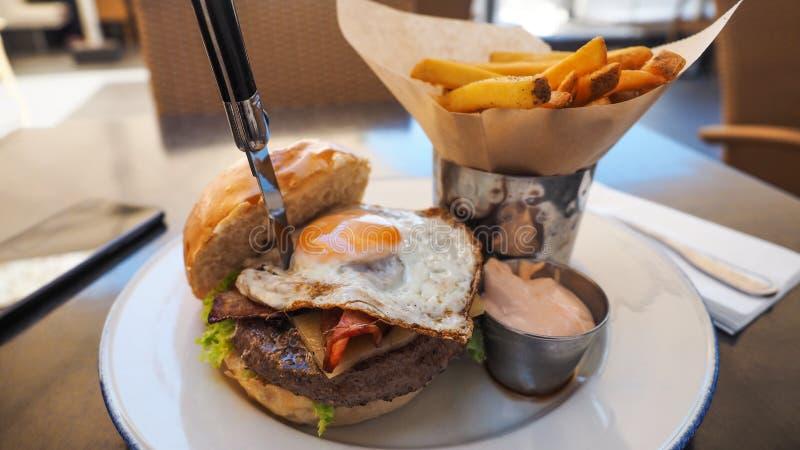 Perfekte Burgermahlzeit in einem Hardrockrestaurant stockbilder