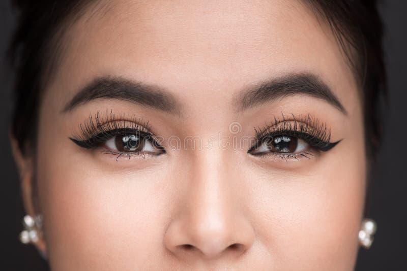 Perfekte Form von Augenbrauen Schöner Makroschuß von weiblichen Auge wi stockfotografie