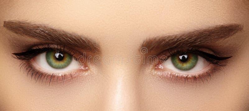 Perfekte Form von Augenbrauen und von extrem langen Wimpern Makroschuß der Mode mustert Antlitz Vorher und nachher stockfoto