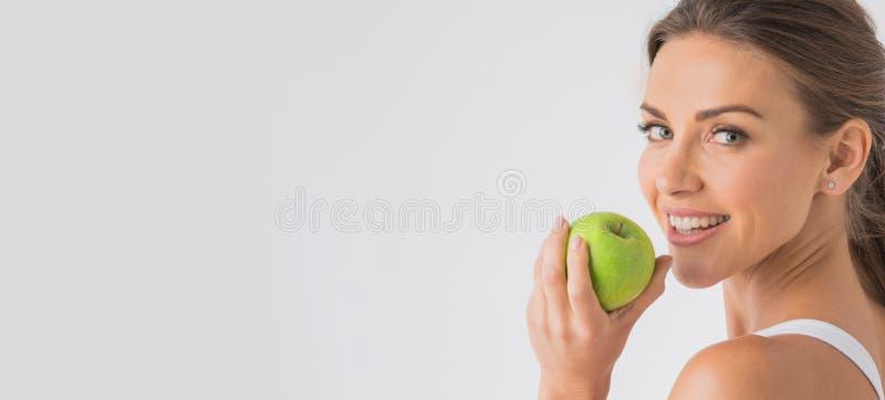 Perfekte Frau mit Apfel lizenzfreie stockfotos