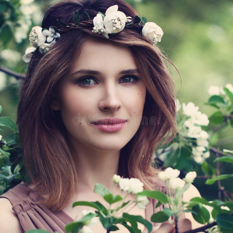 Perfekte Frau mit gesunden Haut und dem Haar lizenzfreies stockbild