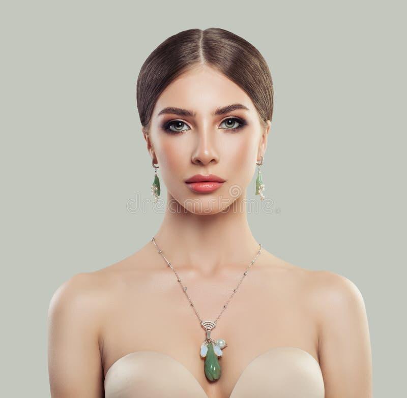 Perfekte Frau mit Modeschmuckporträt lizenzfreie stockbilder