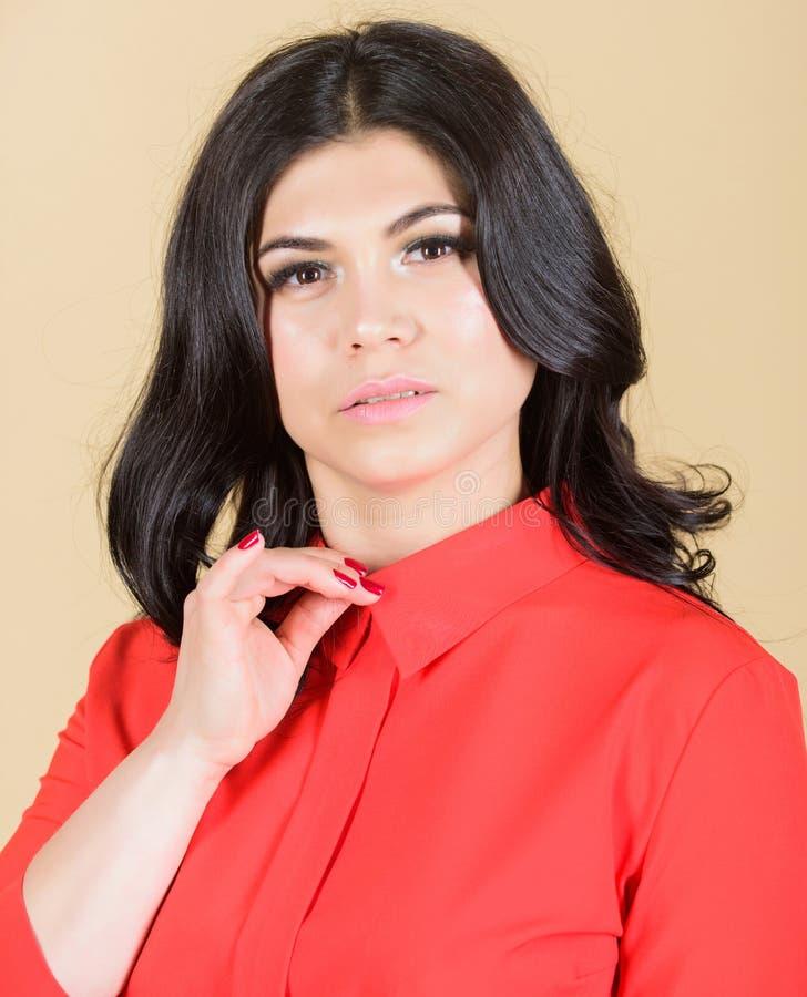 Perfekte Frau Mode und Schönheit Schöne Frau mit dem Brunettehaar Frau mit dem langen lockigen Haar Make-up und Kosmetik stockfotos