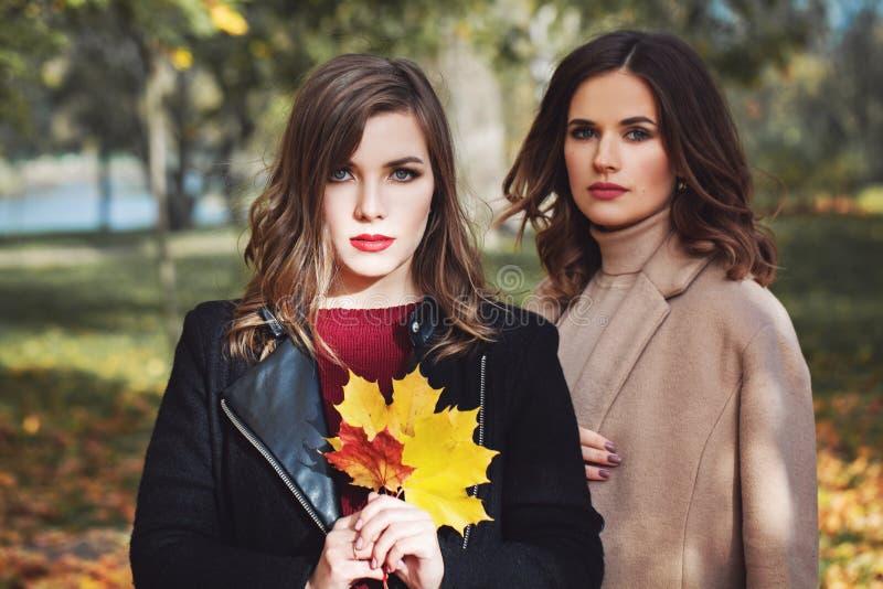Perfekte Frauenmode-modelle im Freien im Park lizenzfreies stockbild