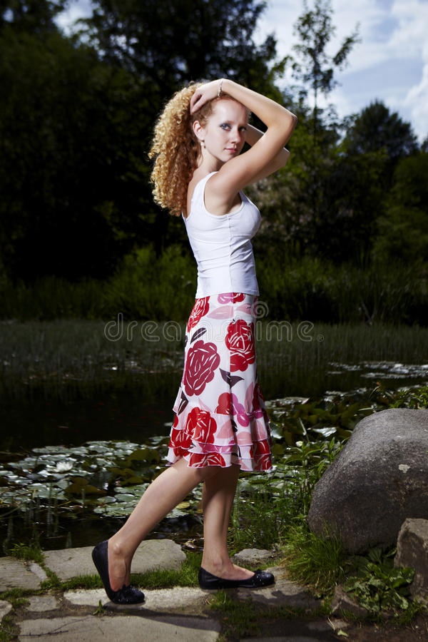 Perfekte Haltung im Sommerkleid stockfotografie