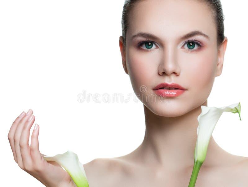 Perfekte junge Frau, die Blumen lokalisiert auf weißem Hintergrund hält Schönes weibliches Gesicht mit gesunder Haut lizenzfreies stockfoto