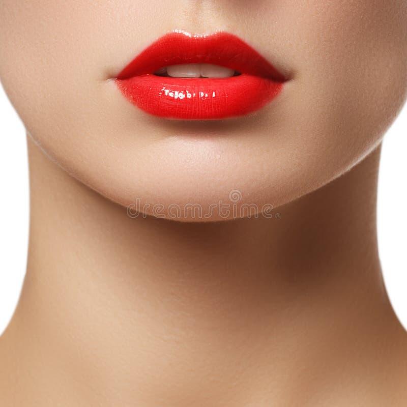 Perfekte Lippen Sexy Mädchenmundabschluß oben Lächeln der jungen Frau der Schönheit Natürliche pralle volle Lippe Lippenvermehrun stockfoto