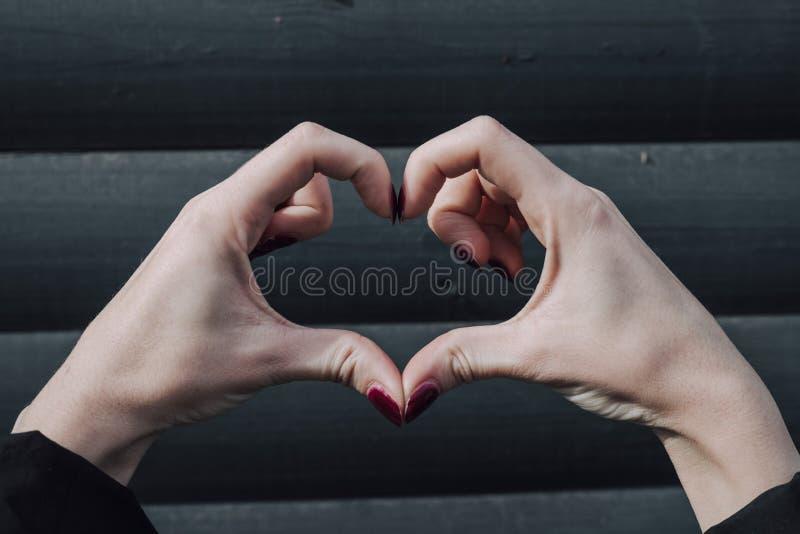 Perfekte, nette, gealterte, alte, hübsche Frau, Herzzahl mit den Fingern zeigend und betrachten die Kamera und feiern den Tag der stockbild