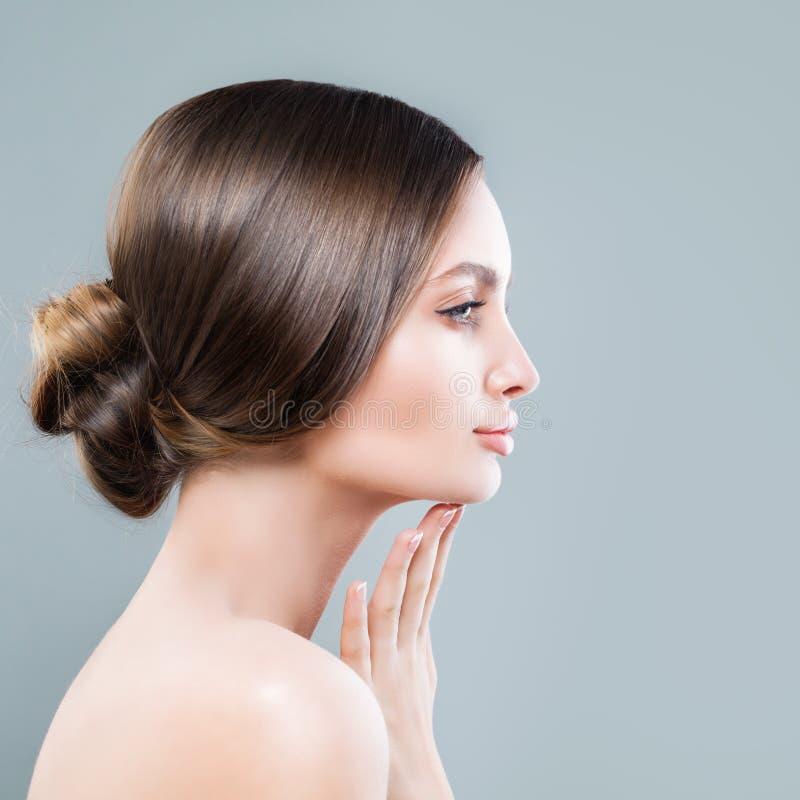 Perfekte weibliche Gesichts-Nahaufnahme Badekurort-Frau mit gesunder Haut lizenzfreie stockfotos