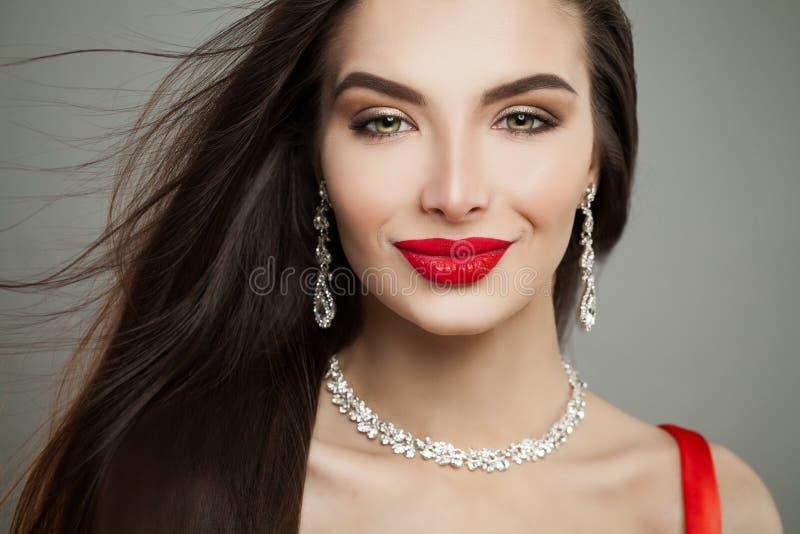 Perfekte weibliche Gesichts-Nahaufnahme Bezaubernde Brunette-Frau stockbild