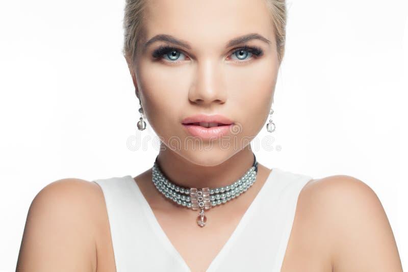 Perfekte weibliche Gesichts-Nahaufnahme Blondine mit schönen blauen Augen und rosa Lippenmake-up lokalisiert auf weißem Hintergru stockbilder