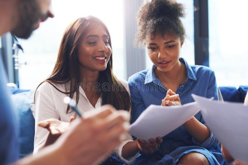 Perfekte Zusammenarbeit zwischen weiblichen Mitarbeitern stockfoto
