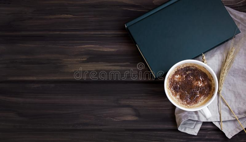 Perfekter Bruch mit einem Buch und einem Kaffee beiseite lizenzfreies stockbild