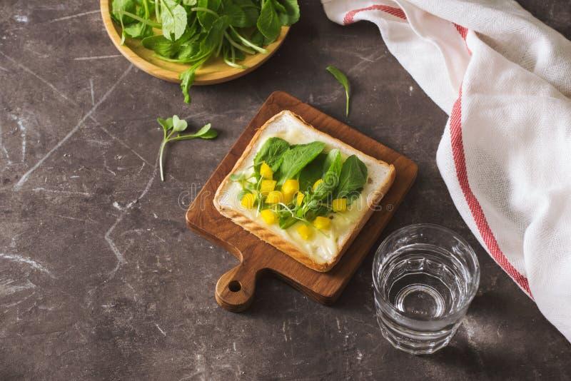 Perfekter feinschmeckerischer Aperitif Toastbrot mit grünen Salaten auf die Oberseite lizenzfreie stockfotos