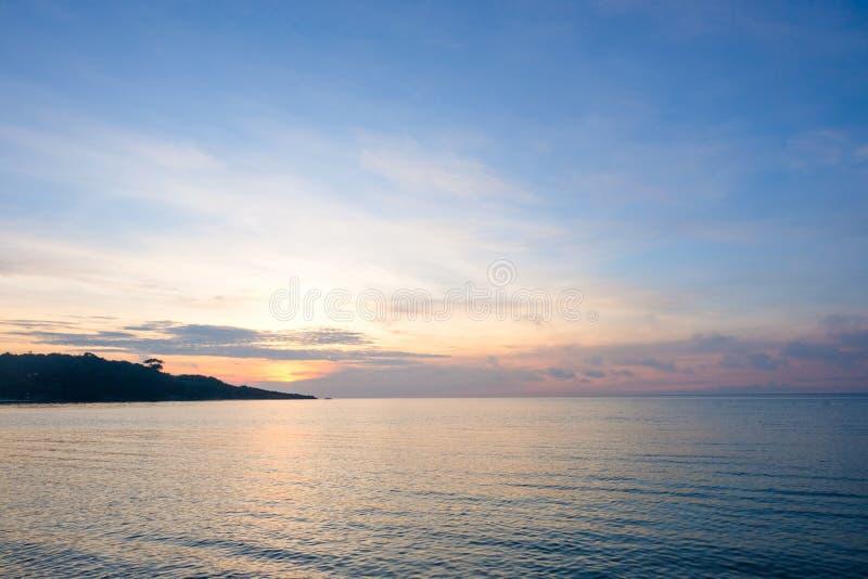 Perfekter Himmel und Wasser von Ozean, bokeh Sonnenlicht mit weicher Welle stockfotos