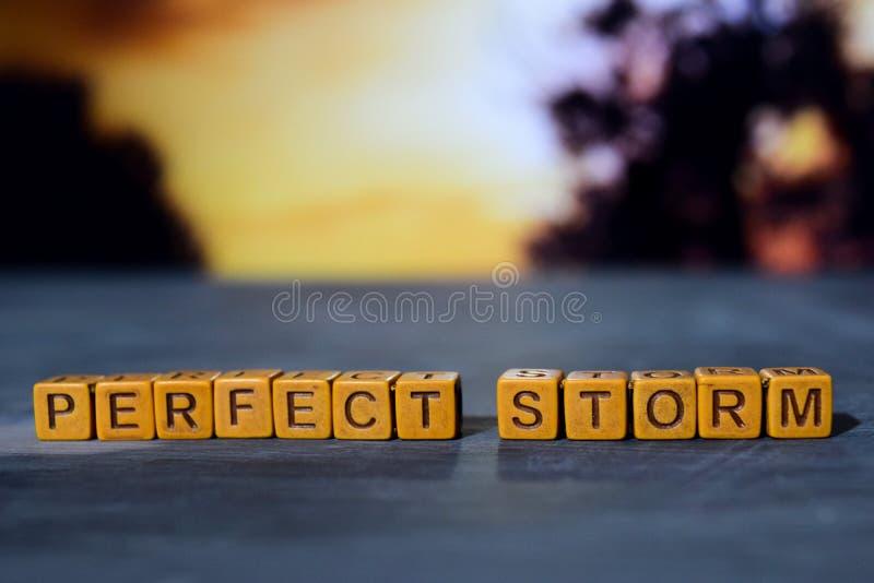 Perfekter Sturm auf Holzklötzen Kreuz verarbeitetes Bild mit bokeh Hintergrund stockfoto