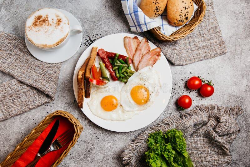 Perfektes Frühstück mit Kaffee lizenzfreies stockbild