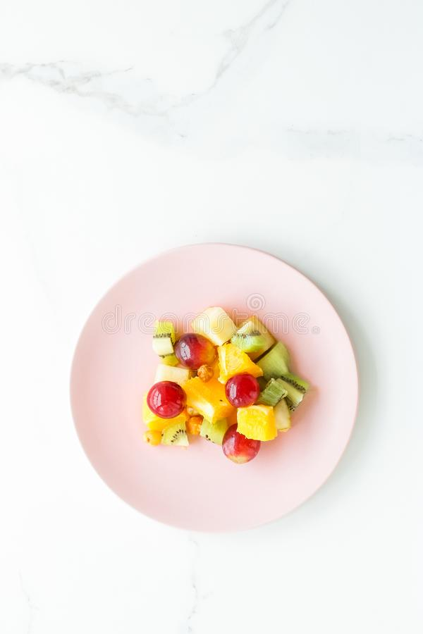 perfektes Frühstück, saftiger Obstsalat auf Marmor-, flatlay - Nahrung, Nähren und gesunder Lebensstil angeredetes Konzept lizenzfreie stockbilder