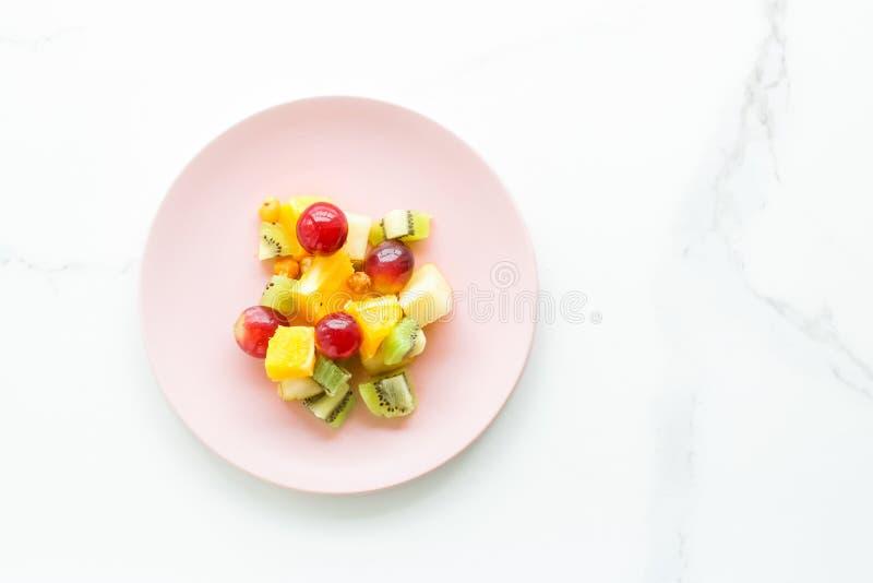 perfektes Frühstück, saftiger Obstsalat auf Marmor-, flatlay - Nahrung, Nähren und gesunder Lebensstil angeredetes Konzept lizenzfreie stockfotografie
