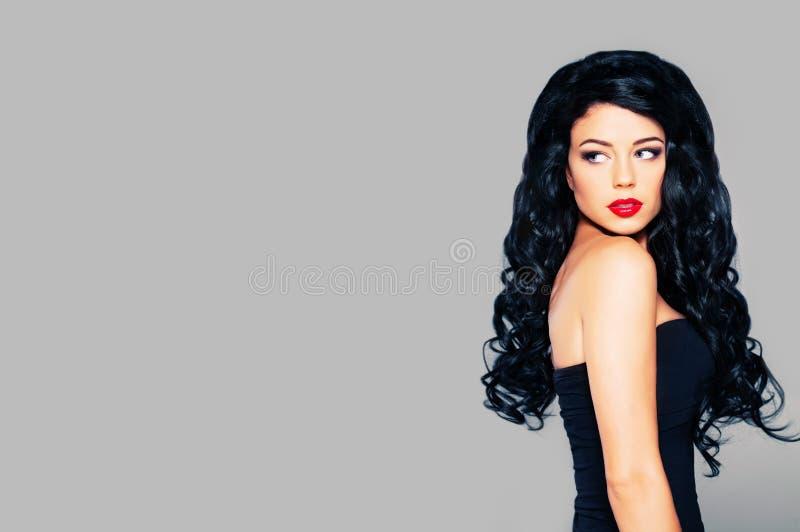 Perfektes Frauen-Mode-Modell auf Fahnen-Hintergrund lizenzfreie stockfotografie