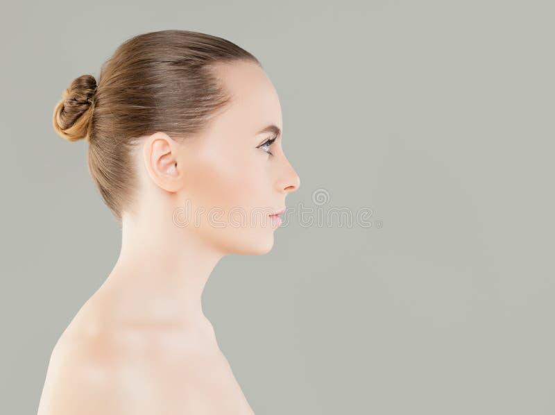 Perfektes junge Frauen-Badekurort-Modell mit gesunder Haut stockbilder
