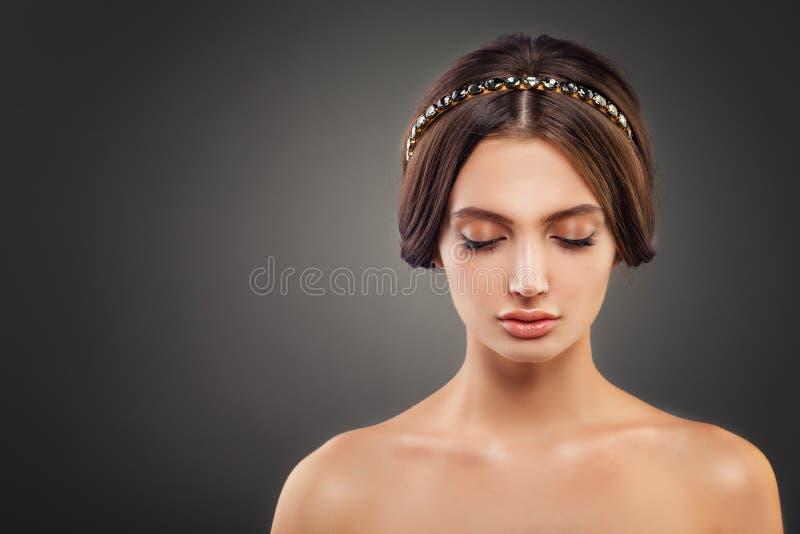 Perfektes junge Frauen-Mode-Modell mit Hochzeits-Frisur stockbilder