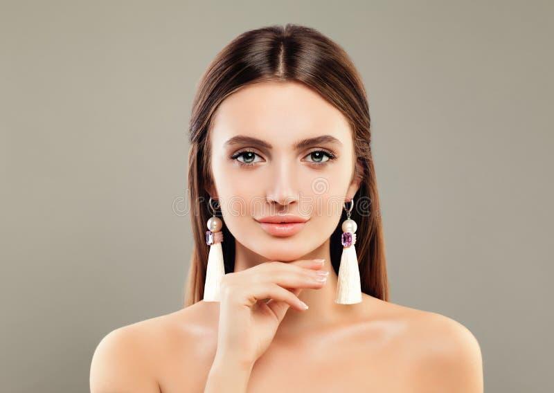 Perfektes junge Frauen-Mode-Modell mit Schmuck-Ohrringen stockfoto