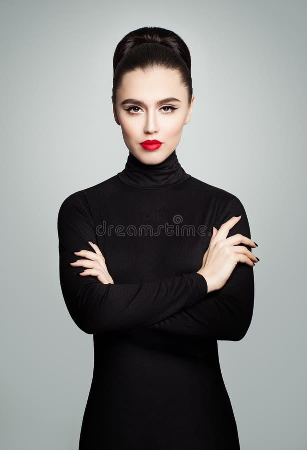 Perfektes junges vorbildliches Woman, das schwarzes Rollenhals-Kleid trägt lizenzfreies stockfoto